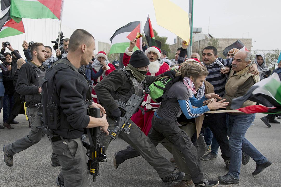 2016年12月23日,巴勒斯坦伯利恆(Bethlehem),民眾到以色列檢查站前抗議與以色列士兵發生衝突。