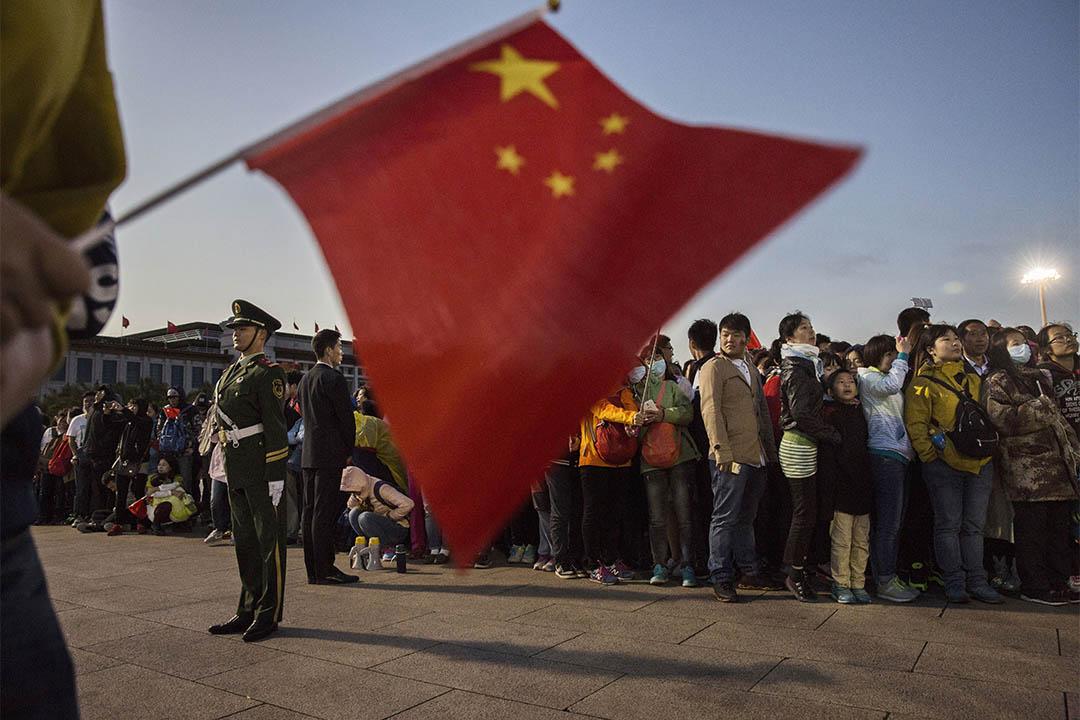 圖為2015年10月1日,中國北京,人們到天安門廣場參與國慶升旗儀式。
