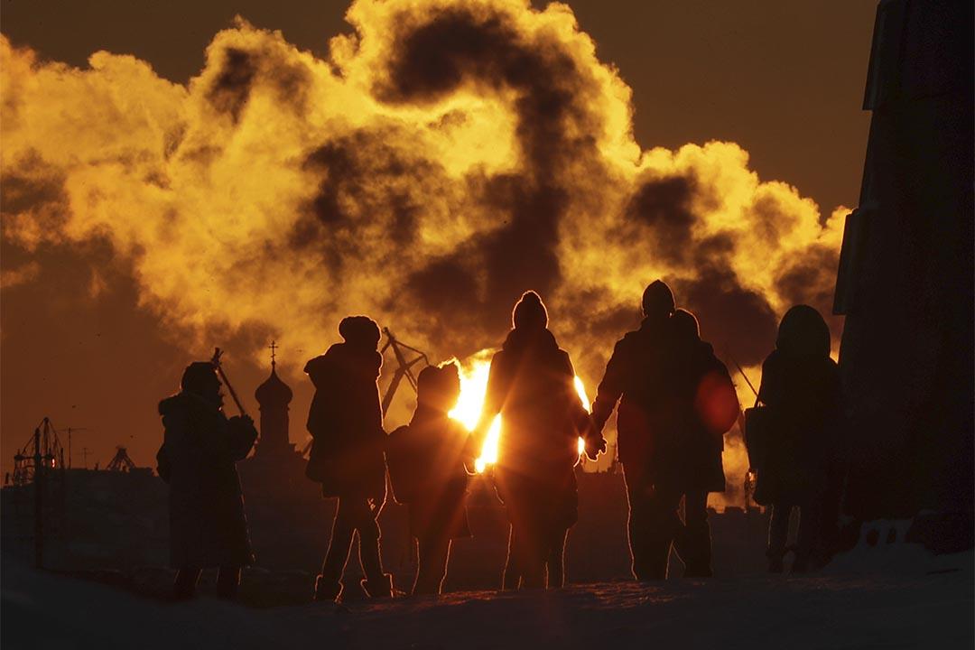 2016年12月6日,俄羅斯聖彼得堡,人們在日落時份走過涅瓦河。