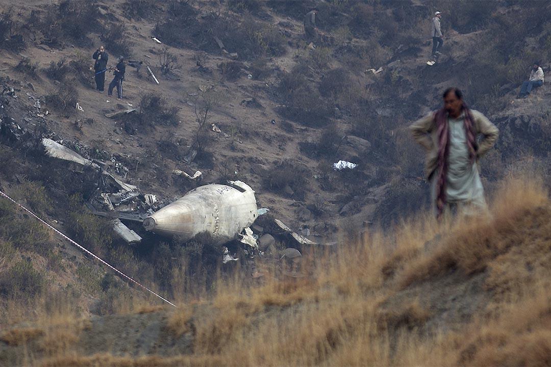2016年12月8日,巴基斯坦,巴基斯坦國際航空航班墜毀,鄰近村民在飛機失事現場圍觀調查。