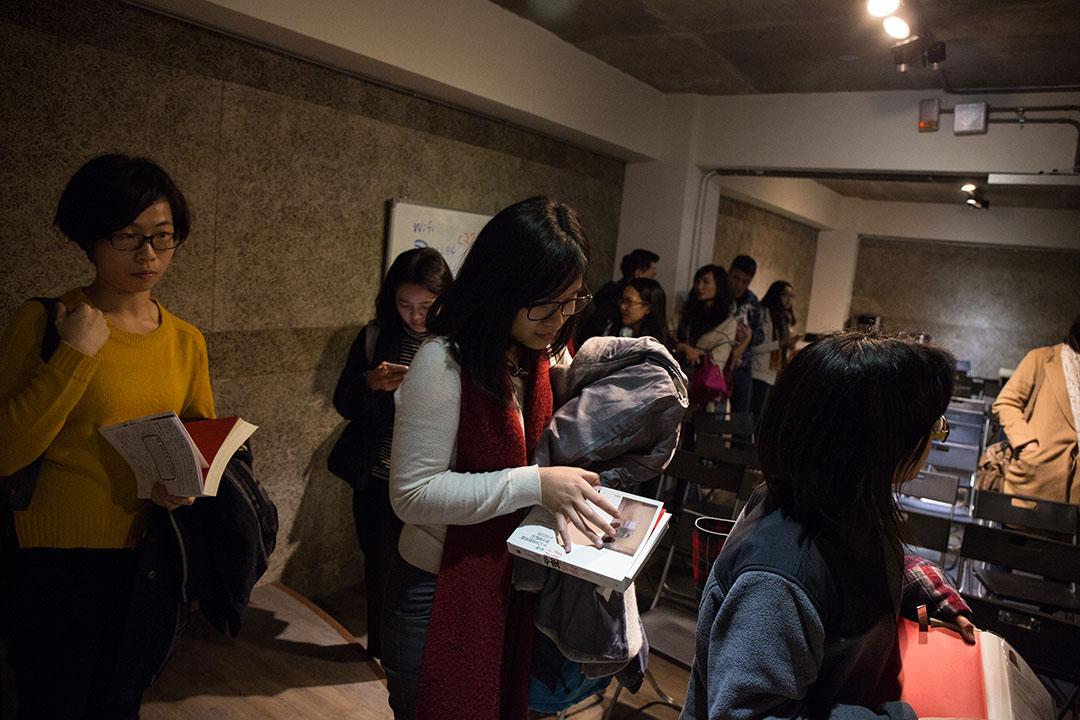 活動結束後民眾排隊簽書。