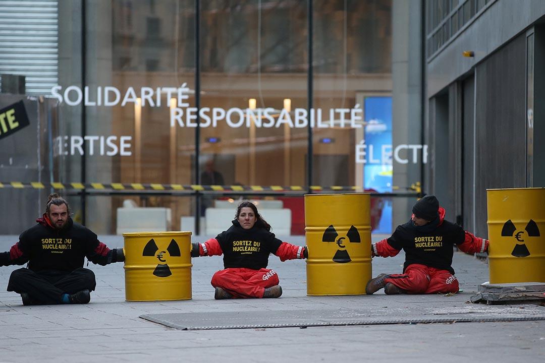 2016年12月14日,法國巴黎,有反核示威者試圖堵塞國營電力公司EDF的入口。