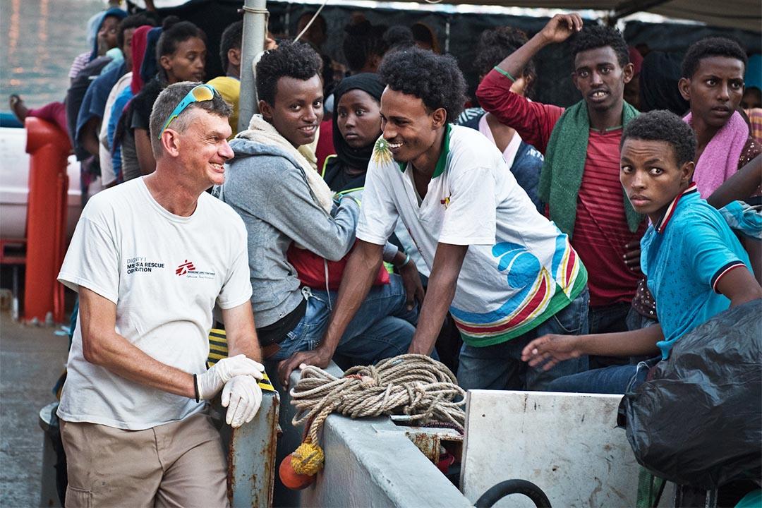 2016年8月,意大利,無國界醫生搜救船上的人員正準備在意大利靠岸,其中一名獲救的厄立特里亞年輕人與救援人員瓦肖(Pierre Vachaud)有說有笑。
