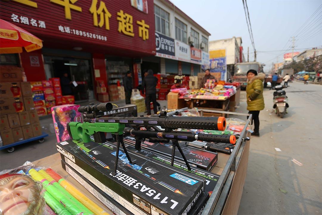 婦人趙春華因售賣仿真槍被判刑。圖為2016年2月5日,安徽省蚌埠市,鄉村集市上售賣的仿真玩具槍等玩具。