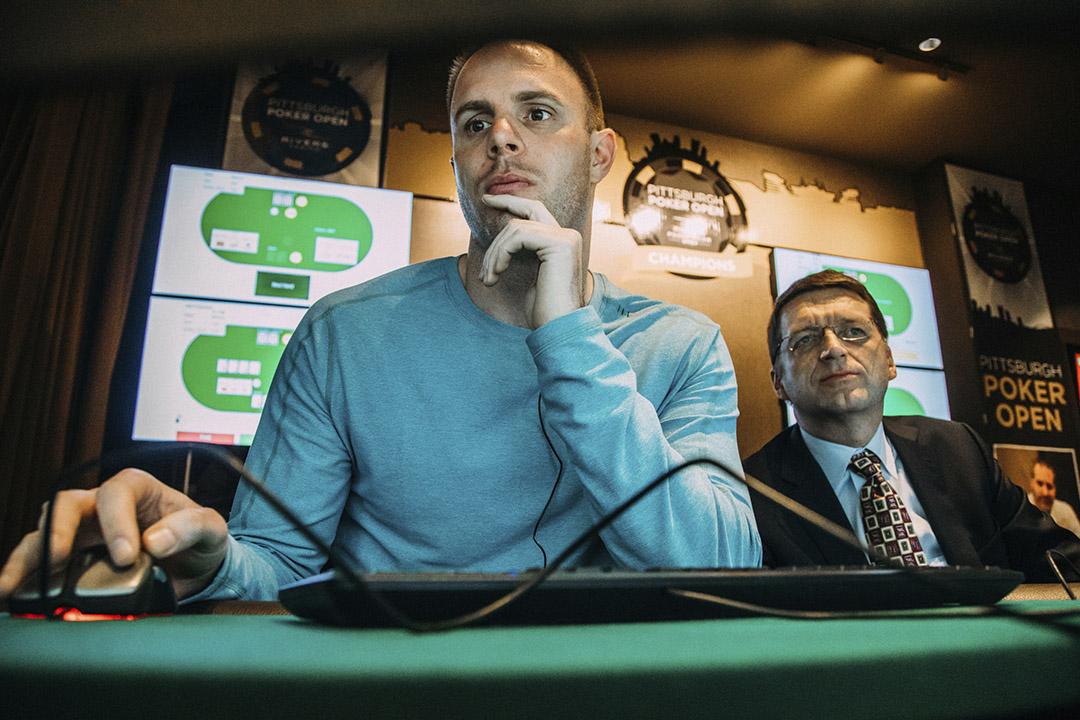 德州撲克選手Jason Les與卡內基梅隆大學開發的 「Libratus」人工智能系統進行德州撲克比賽。