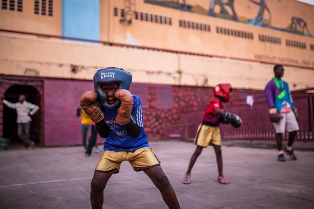 前童兵在剛果共和國開辦一家拳擊學校讓年輕士兵得以平靜。圖為2016年6月4日,剛果一家拳擊學校,學生正在練習。