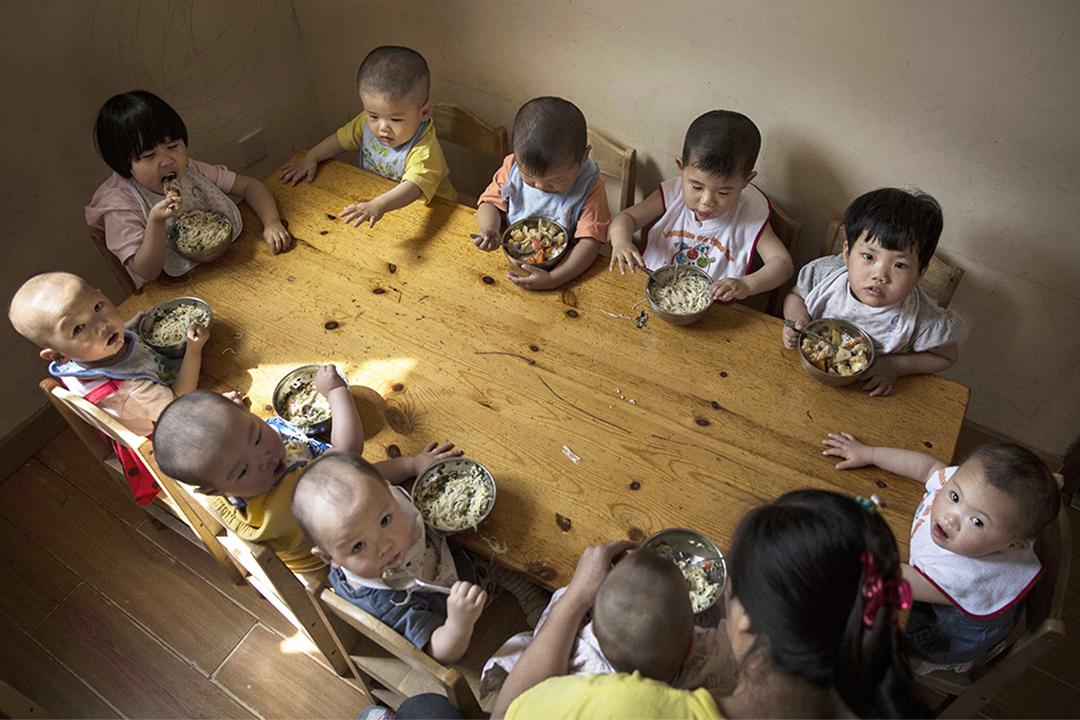 作者認為埋藏在社會的「集體主義精神」實際上是一種嬰兒的共生心理。
