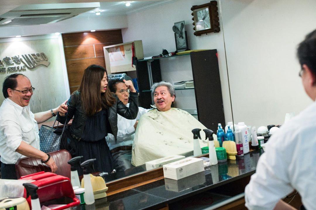 12月18日,曾俊華在Facebook撰文,以「過海飛髮」為題,介紹舊式上海理髮廳,宣揚老香港情懷。