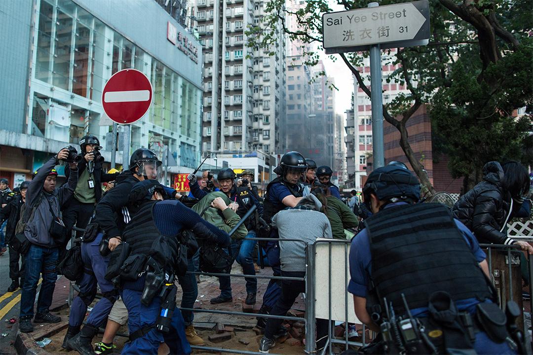 警方出動「速龍小隊」,拘捕旺角騷亂的參與者。