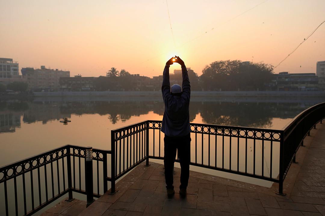 一名印度人在公園做運動。