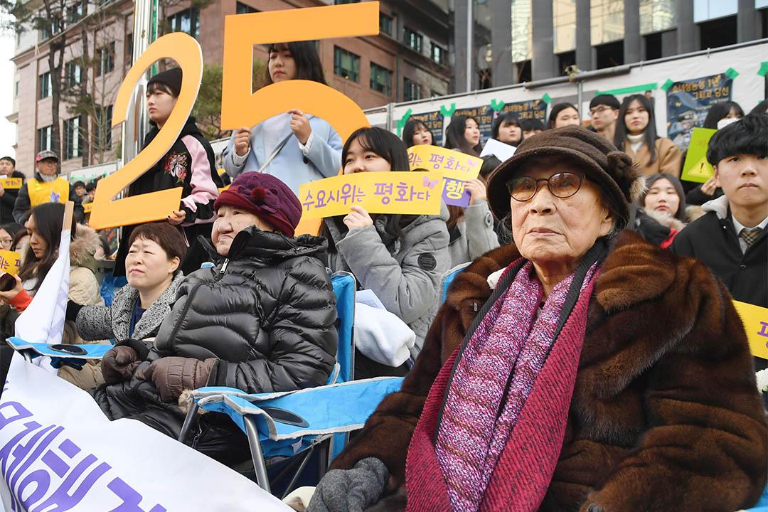 2017年1月4日,南韓釜山,有市民到日本大使館前示威。