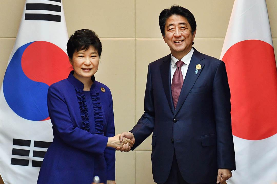 日本首相安倍晉三曾向朴槿惠要求南韓政府拆除釜山大使館外的慰安婦銅像。圖為2016年9月7日,安倍晉三與朴槿惠會面。