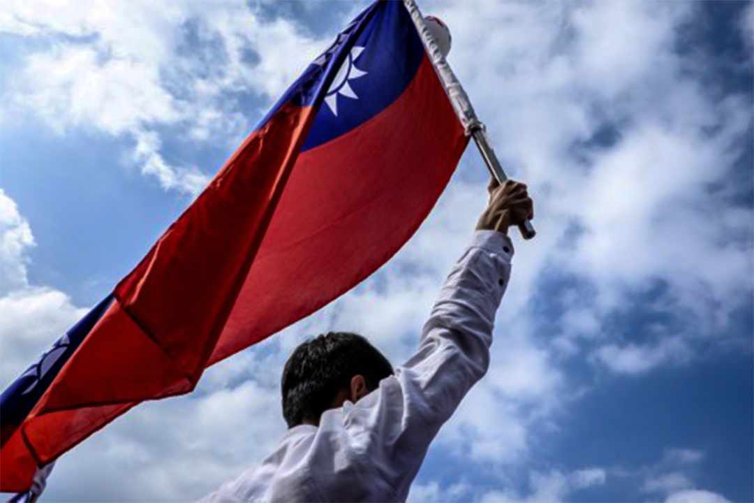 2016年9月3日,退休的政府僱員於台北舉著一面國旗抗議年金改革。