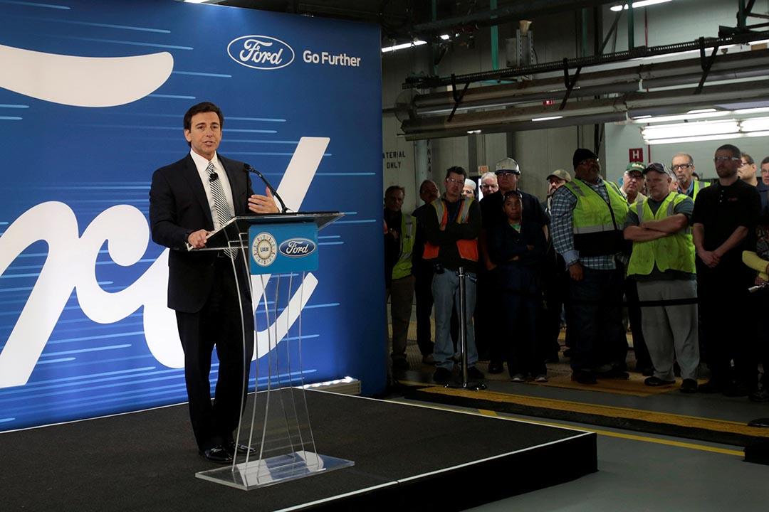 福特CEO菲爾茲(Mark Fields)宣布取消在墨西哥的16億美元建廠計畫,改為斥資7億美元,擴建在美國密歇根州的工廠,預計可以增加700個就業職位。