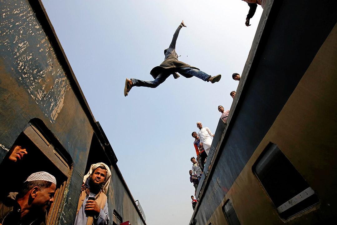 2017年1月15日,孟加拉達卡, 乘客於火車間跳躍。