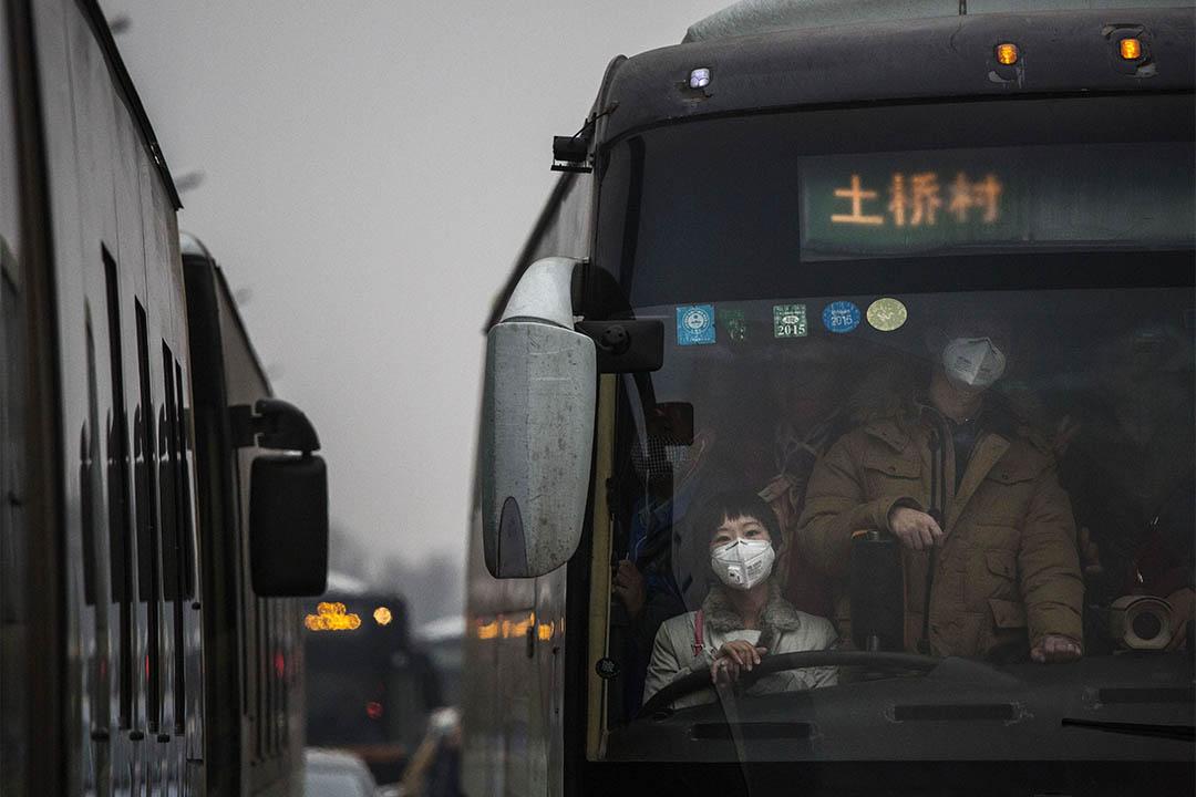 北京霧霾嚴重,市民出外均戴上口罩。