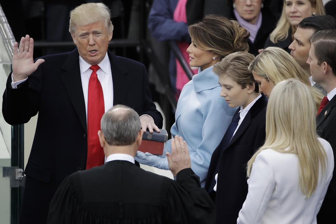 特朗普在美國最高法院首席大法官羅伯茨(John Roberts)監誓下宣誓。
