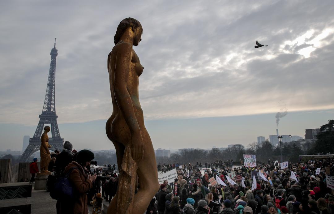 在法國,有攜帶橫幅和標語牌的抗議者在巴黎鐵塔聚集。