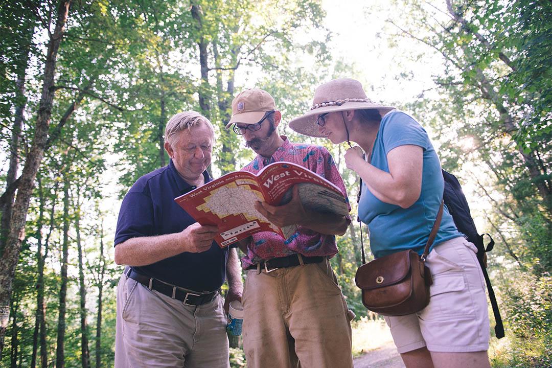 """Dan和Catherine向Bert問路,他們只能使用紙質地圖。不過在Greenbank,不管是否患有""""信號過敏症"""",人們都只能使用紙質地圖。"""