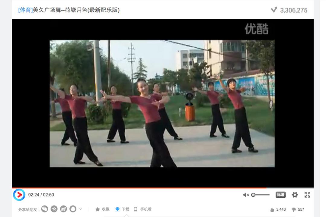 她們特意找了一個婚慶公司來拍攝跳第一支舞《荷塘月色》時的片段。