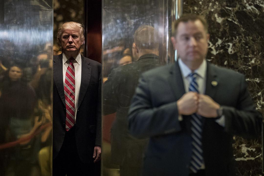 2017年1月16日,美國紐約,當選新一任總統的特朗普與馬丁路德金後人見面握手後,乘搭電梯回到大樓內。