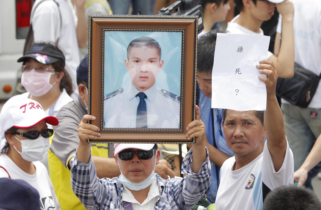 2013年7月20日,台灣陸軍洪仲丘於服役期間死亡,引起台灣社會高度關注,家屬高舉其遺像抗議。