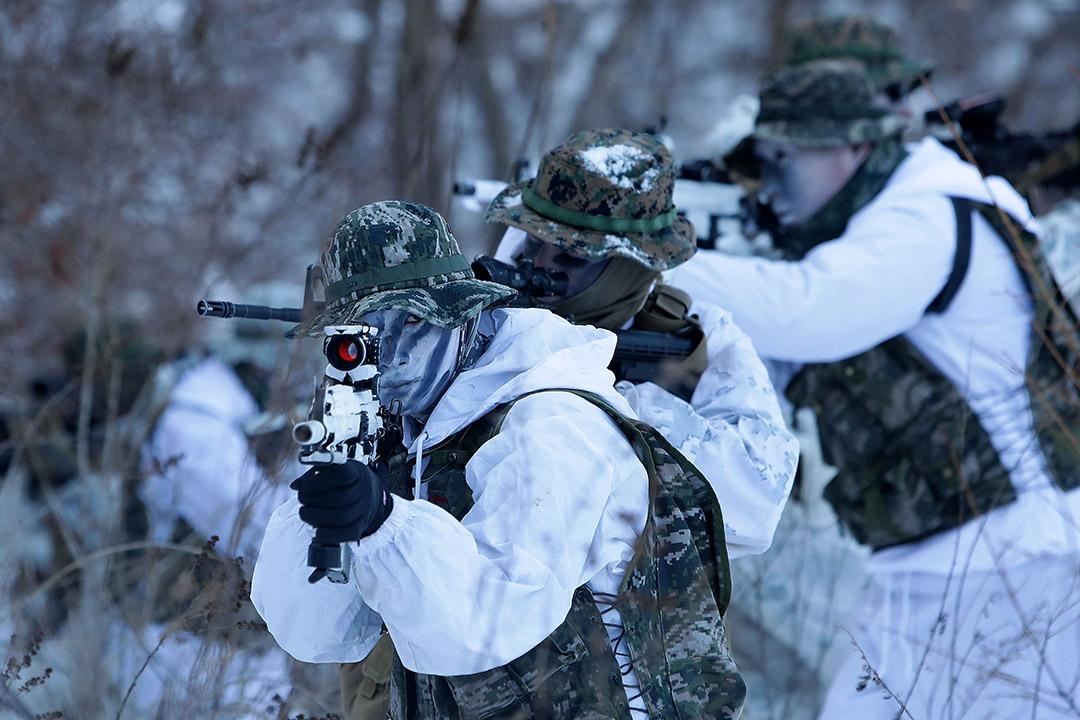 2017年1月24日,南韓平昌郡,美國海軍陸戰隊與南韓士兵在零下20度下,進行冬季軍事訓練。