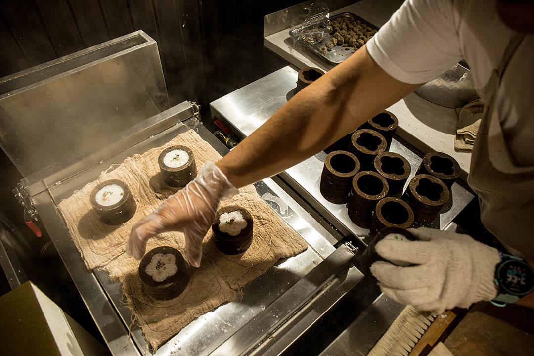 店內師傅正在製作鬆糕。