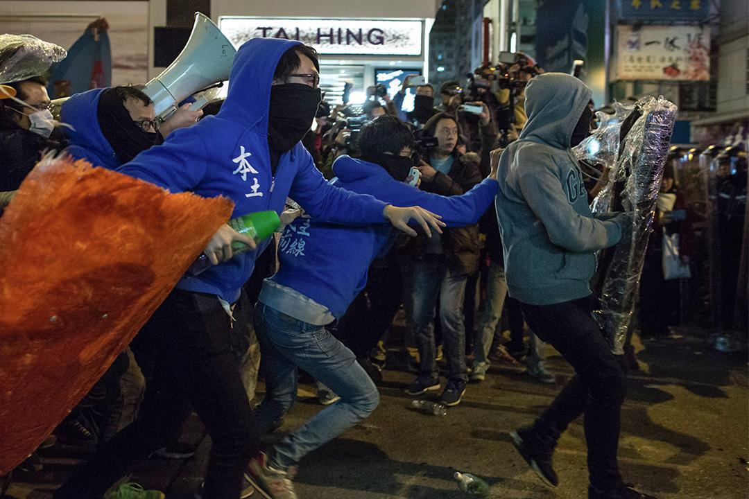 旺角騷亂時,示威者與警員爆發衝突。