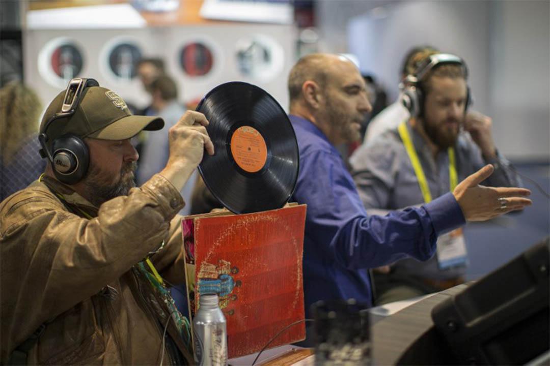 英國的黑膠銷量超過互聯網音樂下載量。圖為人們在選購黑膠唱片。