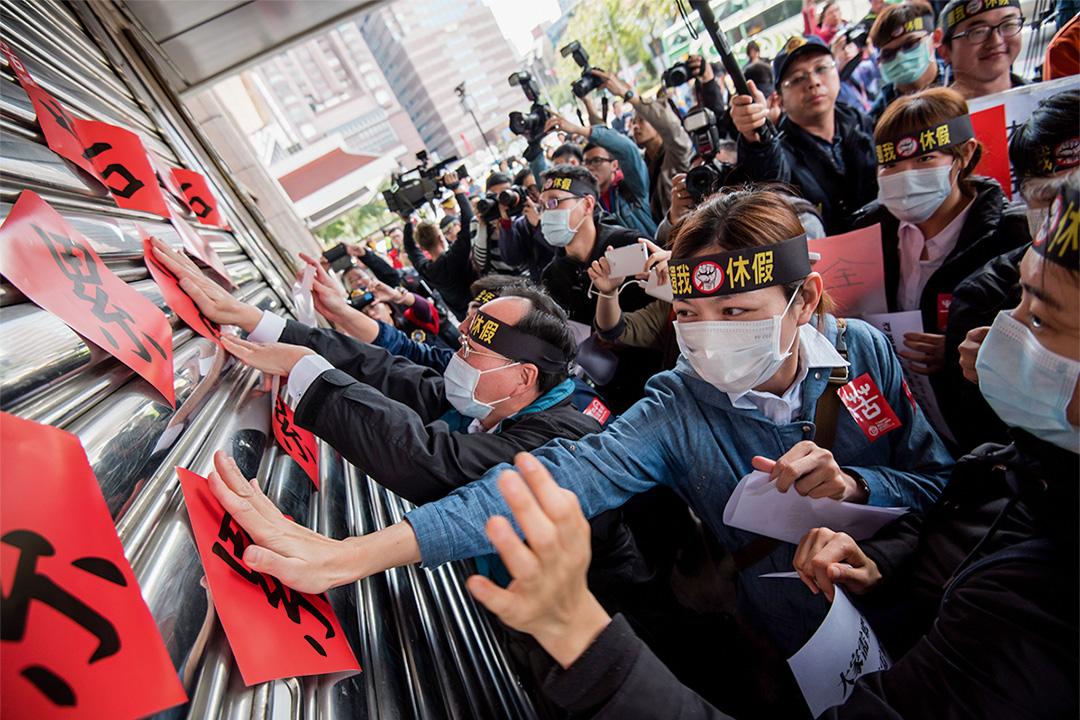 台鐵罷工示威中,有人頭戴「還我休假」標語。
