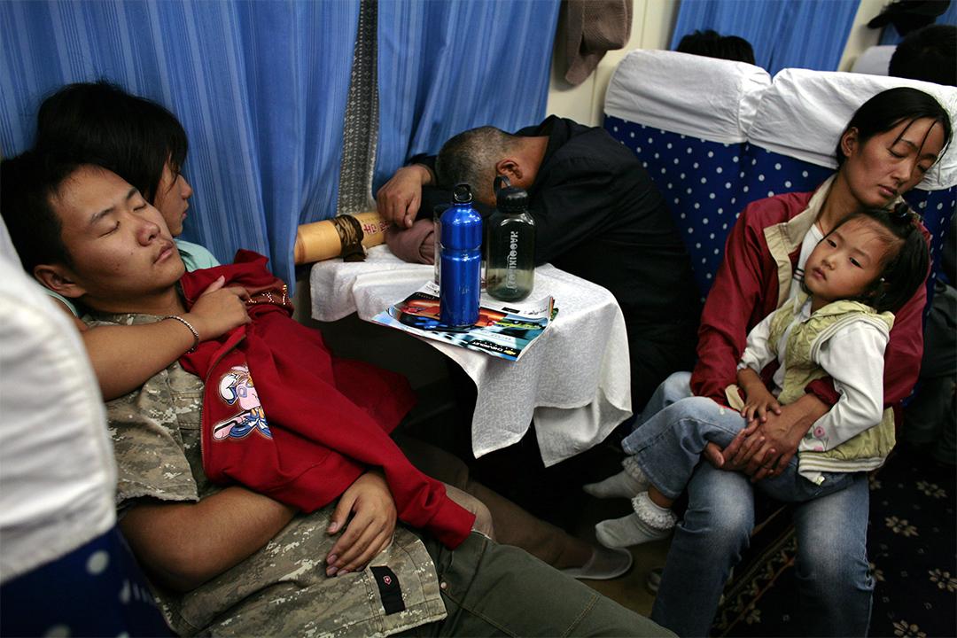 晚上時間,硬座的人都睡覺了。