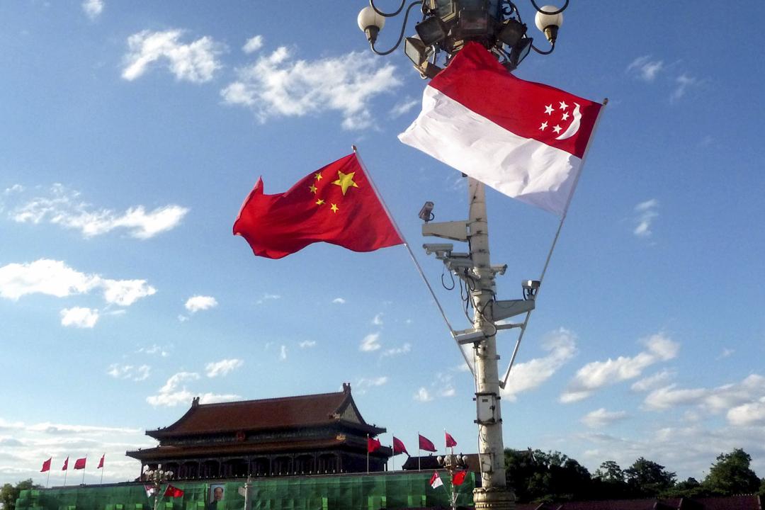 北京,中國與新加坡兩國國旗在天安門廣場迎風飄揚。