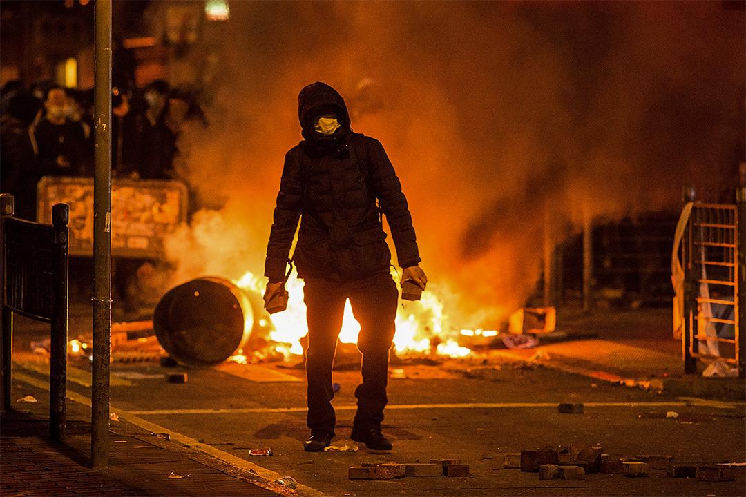 2016年2月9日大年初二凌晨,旺角爆發騷亂,有示威者焚燒雜物。