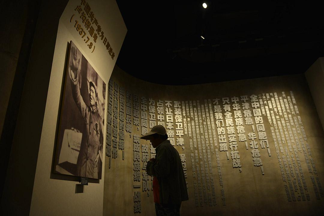 人們在四行倉庫抗戰紀念館裏參觀。