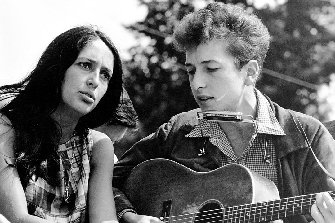 獲頒諾貝爾文學獎的 Bob Dylan,他的《Blowing in the Wind》、《Knockin' on Heaven's Door》被譽為美國反戰運動的標誌,在歐美流行文化開始全球普及的年代,衝擊整代年輕人的思想。