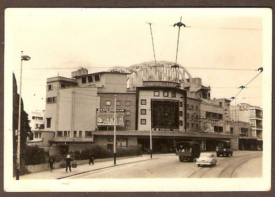 舊皇都戲院建於1952年,前身為璇宮戲院,至1959年易手成皇都戲院。