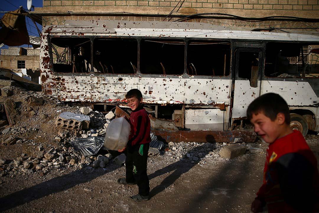 2017年1月17日,敘利亞大馬士革,男孩走過一輛被損壞的巴士。