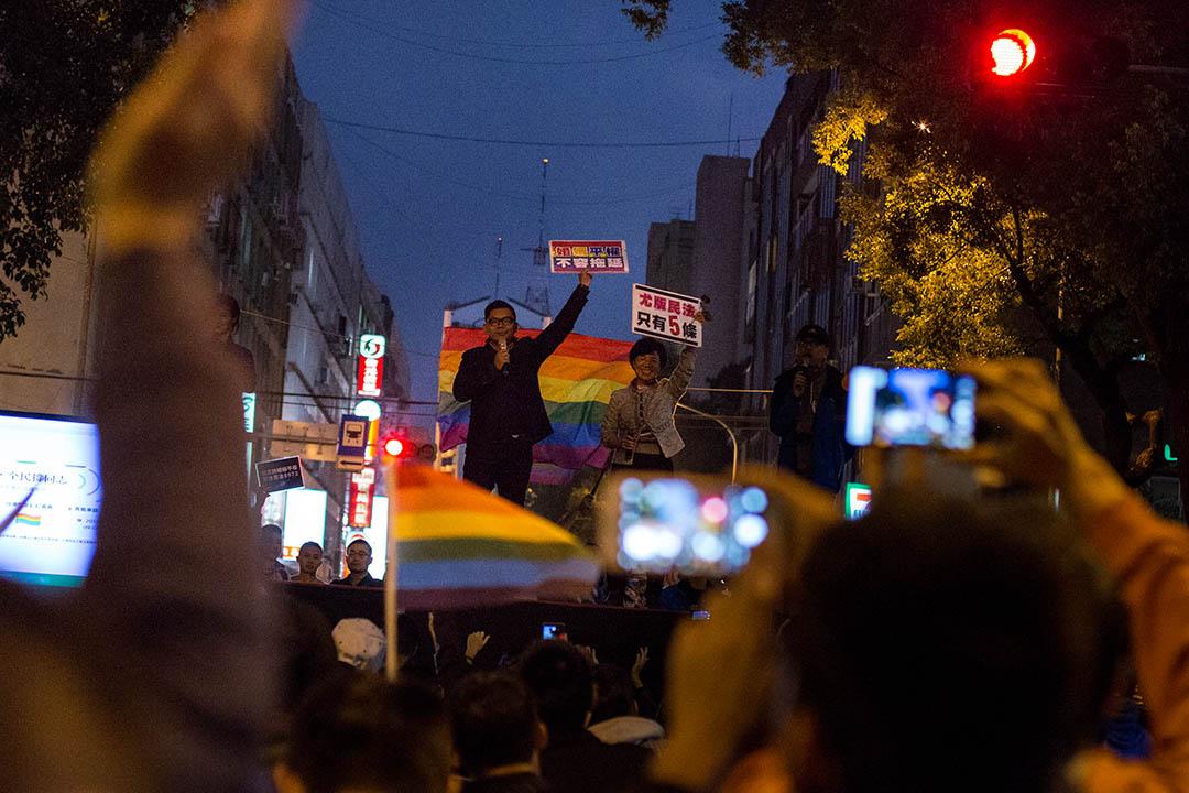 11月28日,尤美女開完公聽會後,到立法院外與支持她的民眾說話。