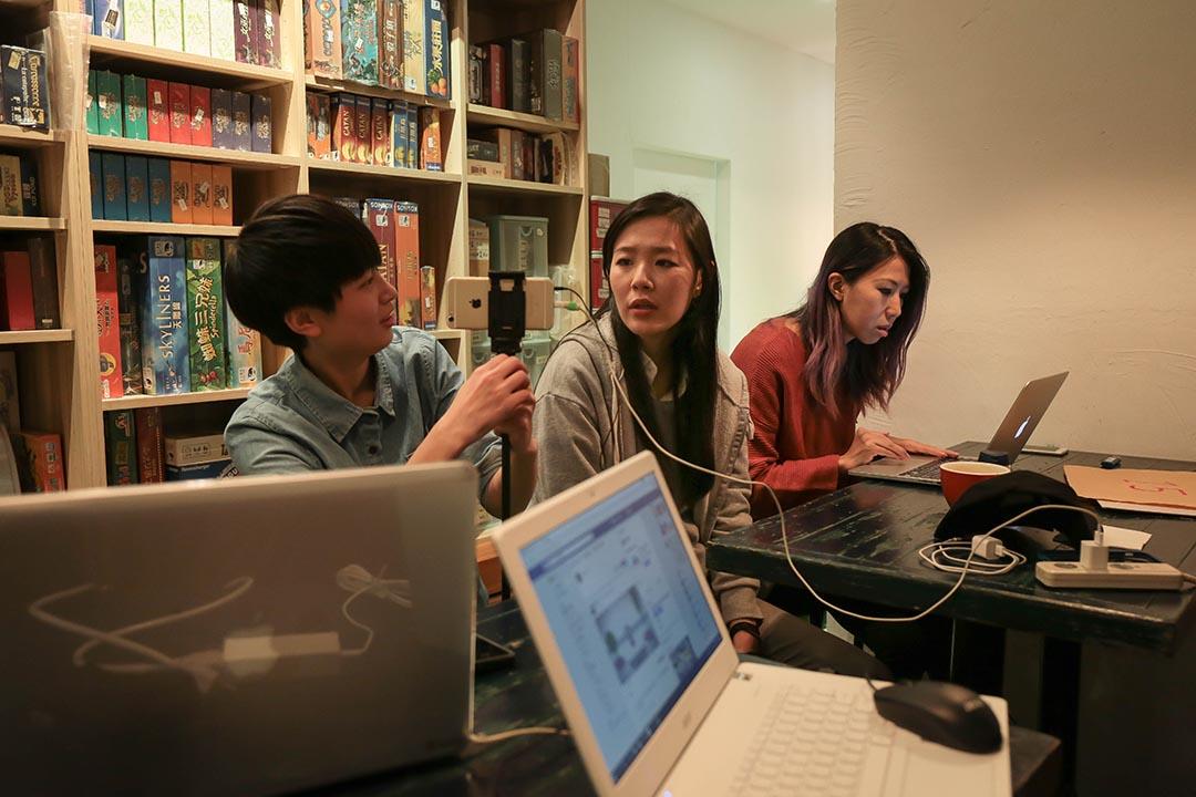 影音直播不止得以迅速傳遞給廣大的受眾感受到,線上討論串的功能,還得以讓參與者在對談中就立即收到深度資料的查詢以及佐證。
