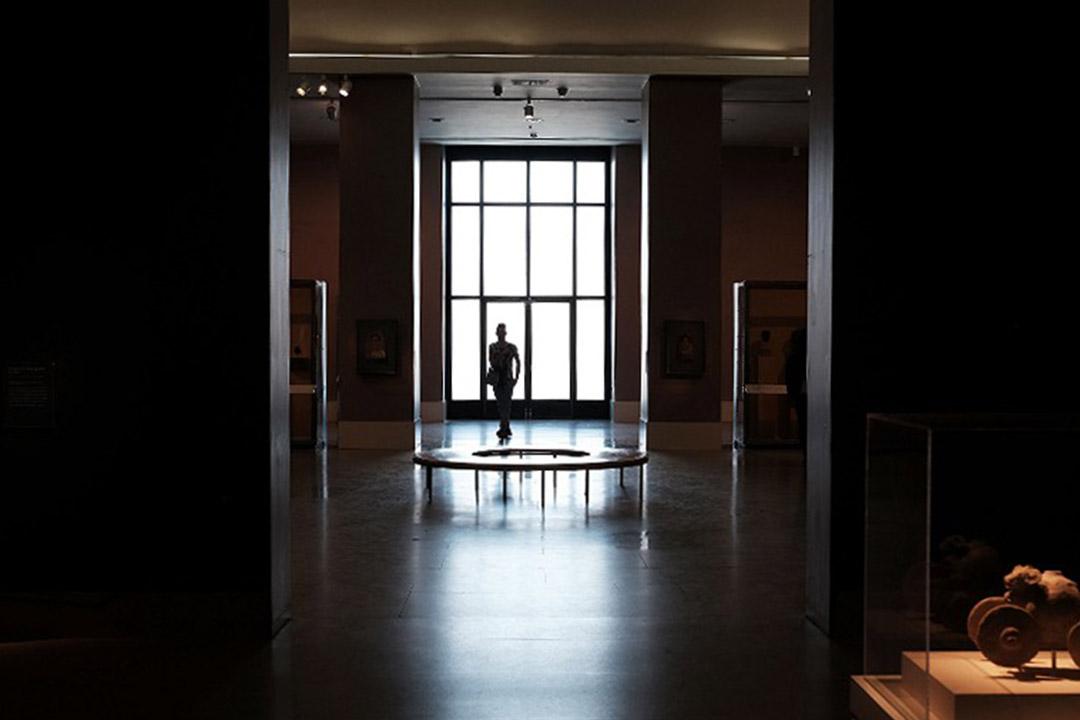 圖為2016年5月20日,一個人走在布魯克林博物館內。