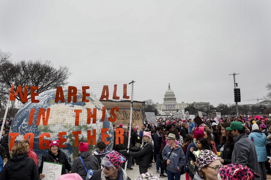 在美國華盛頓,國家廣場有示威人群,世界各地亦有不少地方發起遊行抗議新總統特朗普。