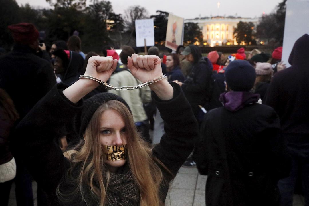 在美國華盛頓,白宮附近有女士戴著手銬抗議特朗普就職美國總統。