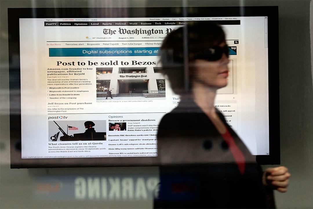 2013年8月5日,一個女人走過華盛頓郵報的總部。