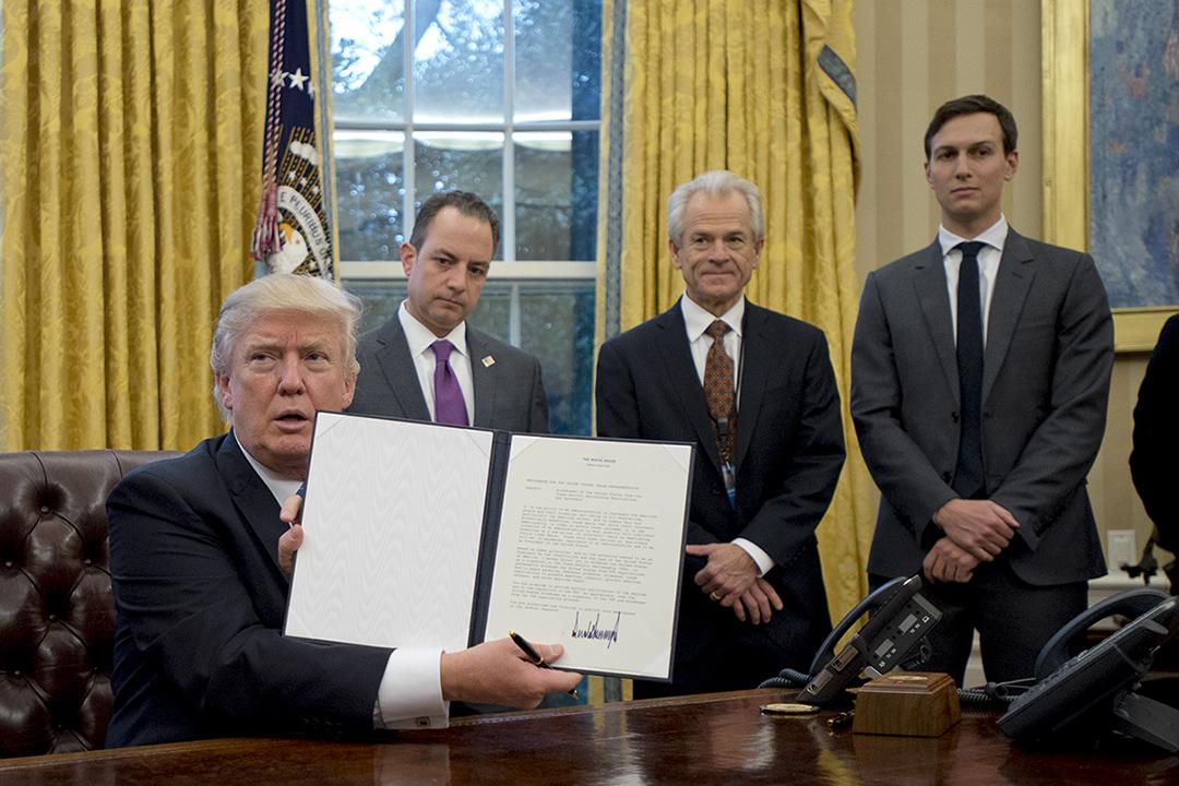 美國總統特朗普在白宮橢圓形辦公室簽署退出TPP。