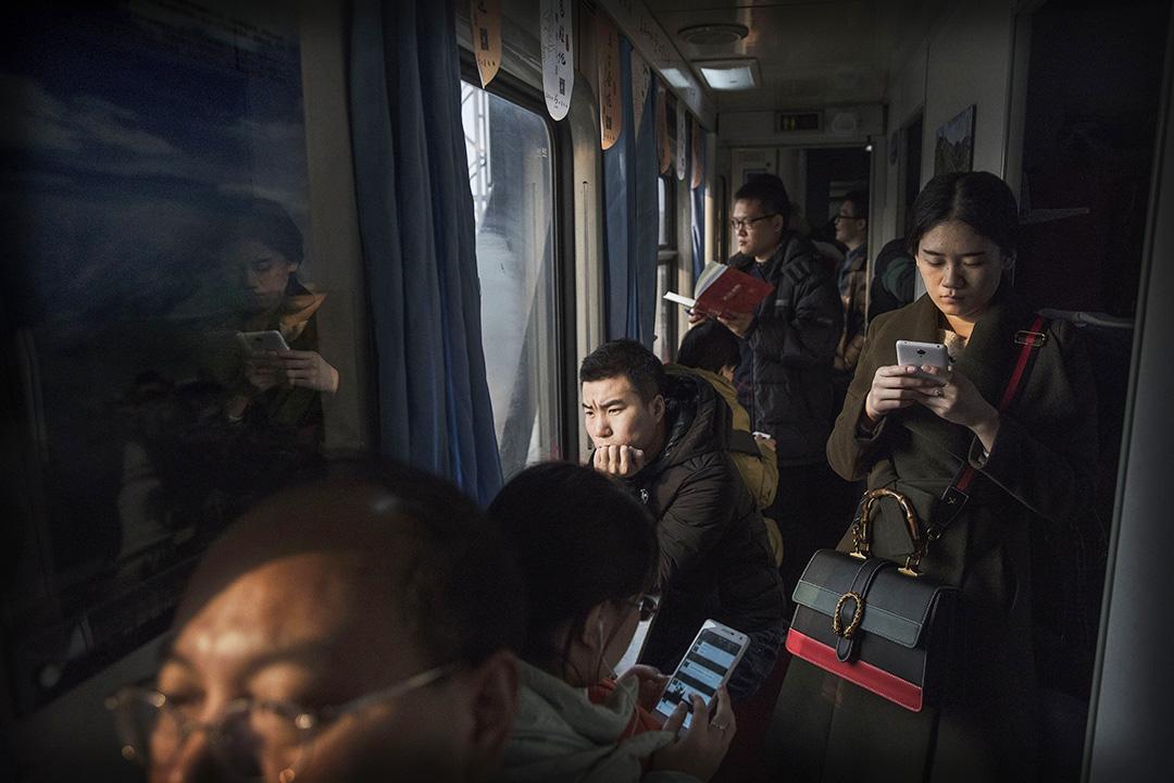 2017年1月25日,中國北京,每年的農曆新年前後,大批離家出外工作的市民,使用不同交通工具回到家鄉。圖為由北京開住石家莊的一班火車上的乘客。