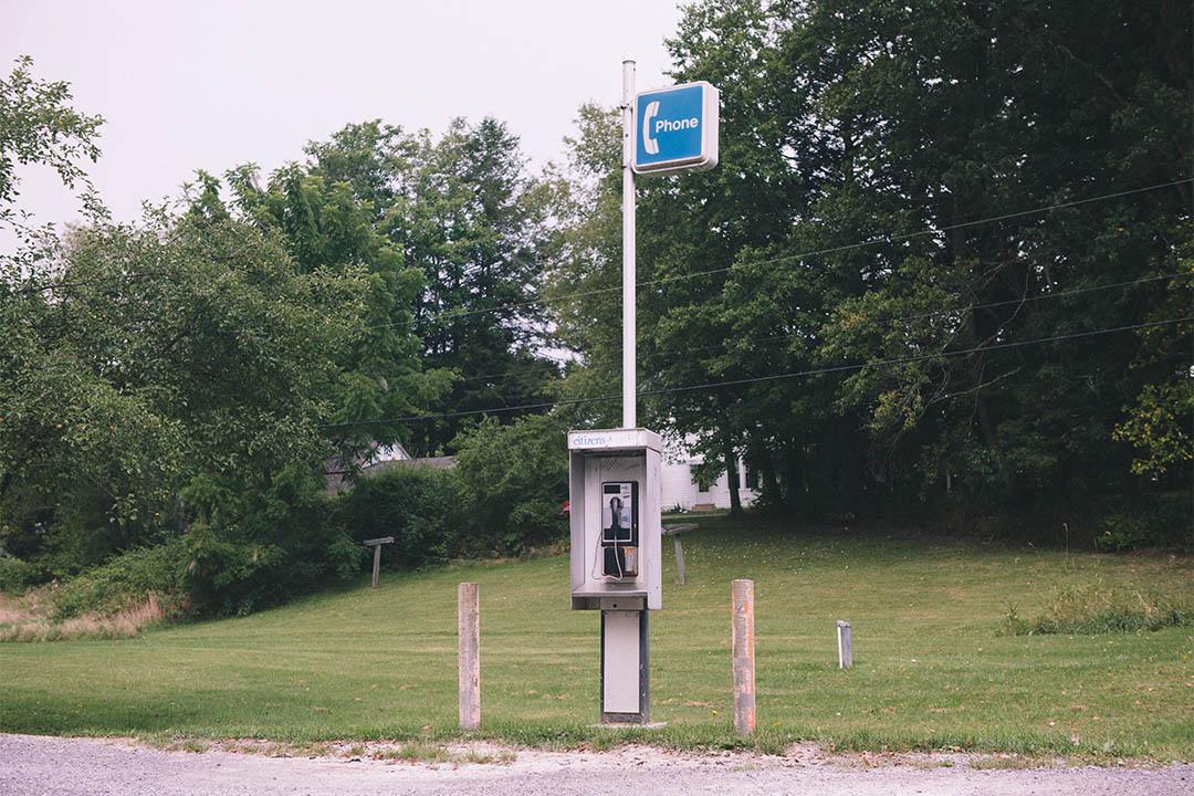 小鎮主幹道北頭的唯一的公共電話。