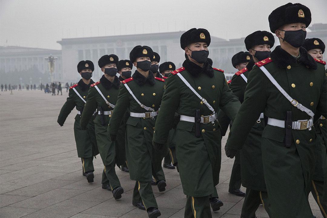 北京將建環保警察隊伍。圖為2015年12月9日,中國軍警戴上口罩執勤。
