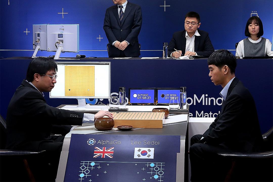 2016年3月9日,韓國圍棋九段李世石與Google AIphaGo對決中,黃士傑代表AIphaGo下棋。