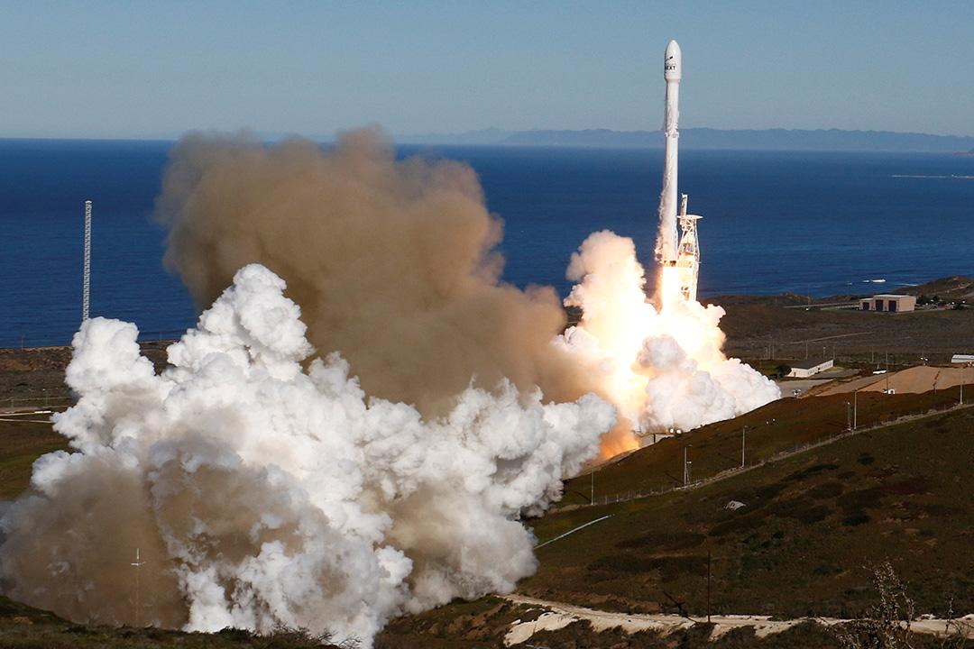 美國太空探索公司SpaceX繼去年9月因發射火箭失敗而被迫暫停計劃後,首次成功發射獵鷹9號(Falcon 9)火箭上太空。